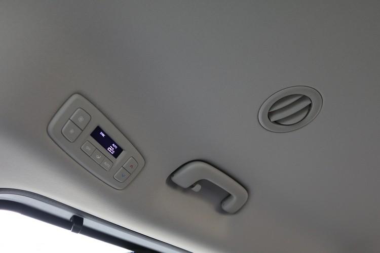 尊貴版標配三區恆溫空調系統,包括後排冷暖空調控制及第三排出風口調整功能。