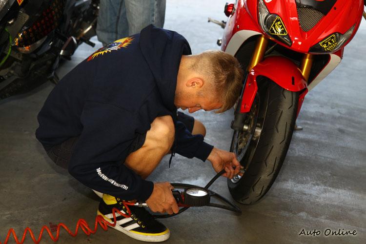 每台車教練都會仔細檢查胎壓與胎紋深度,因為一台不安全的車在賽道上也會造成其他人的不安全。