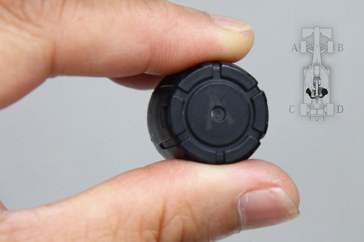 仔細看傳感器上面印著「A」,代表這顆必須安裝在左前輪,交換車胎時別忘了依照順序安裝,才能和接收器的顯示對應。