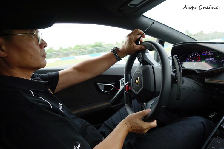 長年投身超跑賽事的陳文閣對於全新Huracan易於駕馭的特性相當傾心。