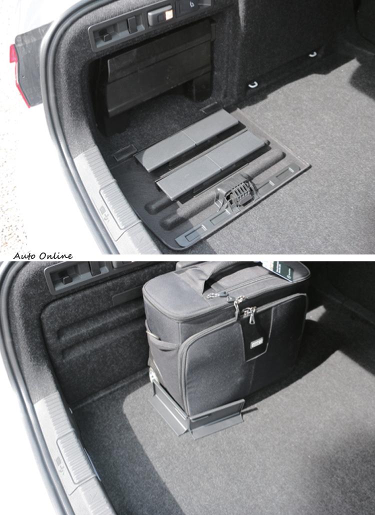 """側邊蓋打開發現有兩組L型固定條,可固定行李或小物品避免滑動,又是一個非常棒的""""Simply Clever""""設計。"""