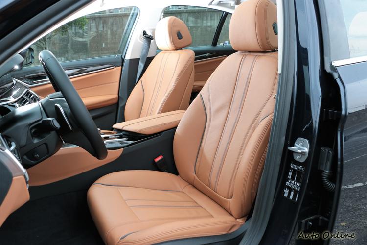雙前座椅Dakota真皮包覆,支撐性好、軟硬度適中。