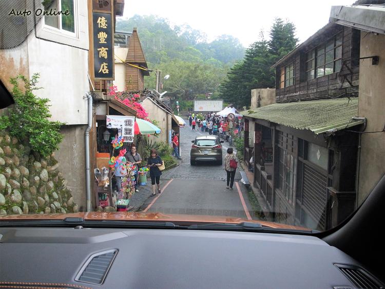 龐大的車身在小巷道裡行走備感壓力。