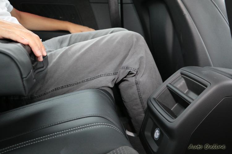 後座乘客腿部不會受到擠壓,雙手都有扶手可以使用,舒適性不成問題。