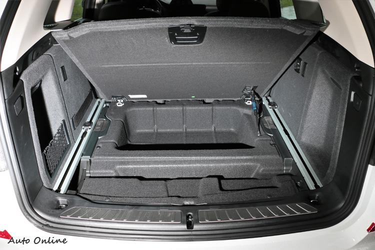 行李箱蓋板下還有隱藏置物空間,不想被看到或容易滾動物品可放置此處。