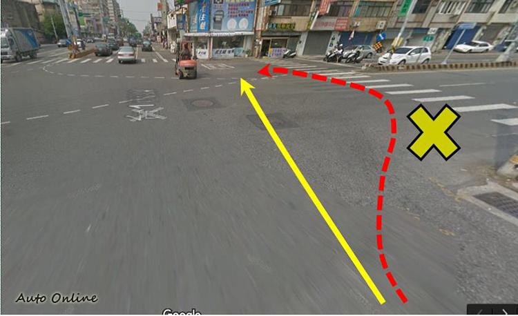 機車待轉時走迂迴的路線容易被後車誤為要右轉。