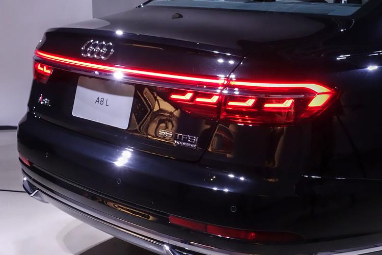 Audi OLED動態尾燈,每側包含四層極薄,由厚度不到一釐米的發光組件所構成;更可於車輛上鎖及解鎖時揭示獨特動態燈光展演。