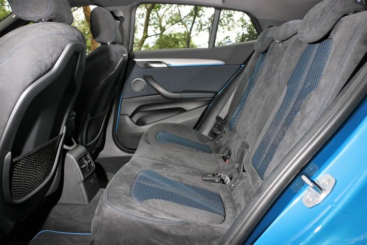 後座與前座相同,備有Alcantara麂皮座椅,增添內裝戰鬥氣息。