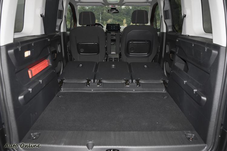 將後排座椅椅背放倒更可將收納容量擴增至3000公升。