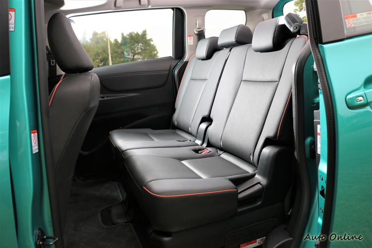 這二排乘客有獨立的冷氣出風口,後座椅椅墊及椅背可前後與角度上的調整,達到乘客最舒適的環境。