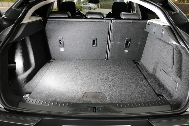 後行李廂在標準乘坐模式下的最大承載容積為656公升,若將第二排座椅摺疊後則可進一步擴增至 1453 公升。
