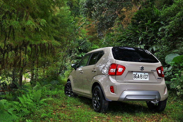 車尾保桿增加烤漆面積,同樣在下緣有防刮材質包覆,尾燈換上LED煞車燈,有效的提高車尾辨識度增加安全性。