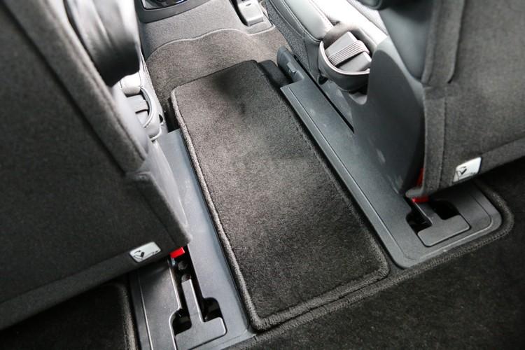 六座車型在第二排中央預留通道,提供與豪華MPV同級的舒適空間。