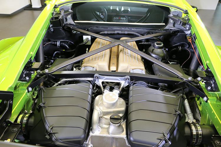 5.2升 V 型 10 缸自然進氣引擎的輸出動能雖然沒有特別提升,不過搭配更優異的馬力重量比,擁有更為激進的性能表現。