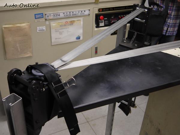 煞車繫上安全帶已經是很多上車後的反射動作,因此織帶與扣環間的耐磨程度也是檢測的一項重要項目。