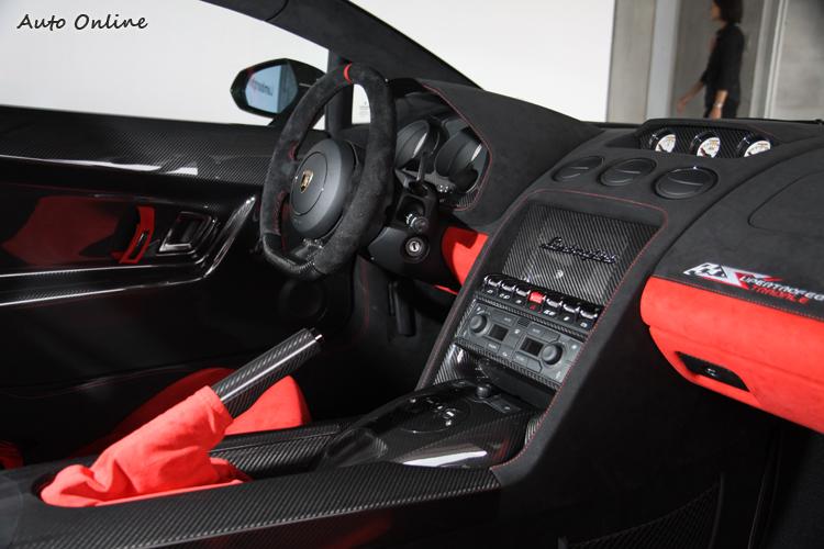 麂皮、碳纖維與紅黑配色襯托出熱血又豪華的車室氛圍。