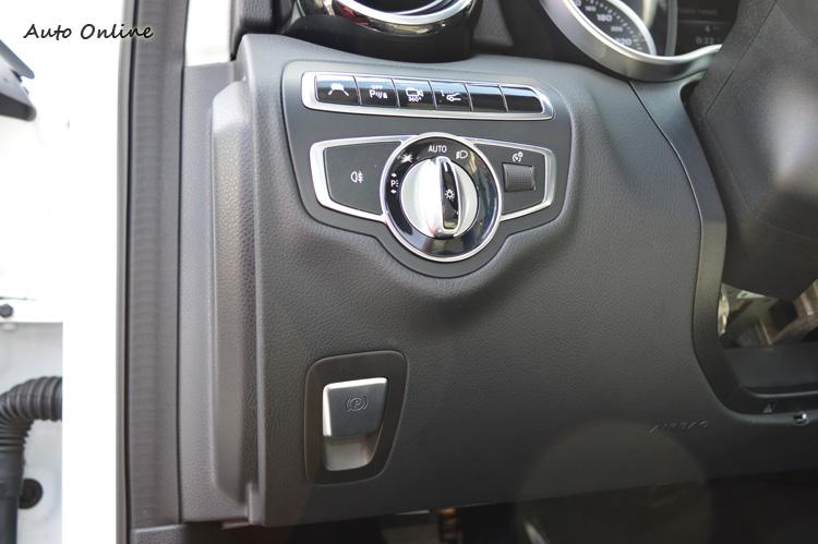 駐車剎車也進化成電子控制,輕按便可鎖定,踩油門也會自動釋放。緊急時按下也可啟動ABS與ESP成為額外的剎車輔助系統。