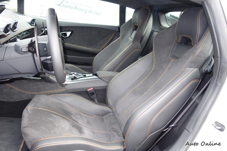 這組麂皮跑車座椅的包覆性極佳,多向調整功能維持最佳駕駛姿勢。