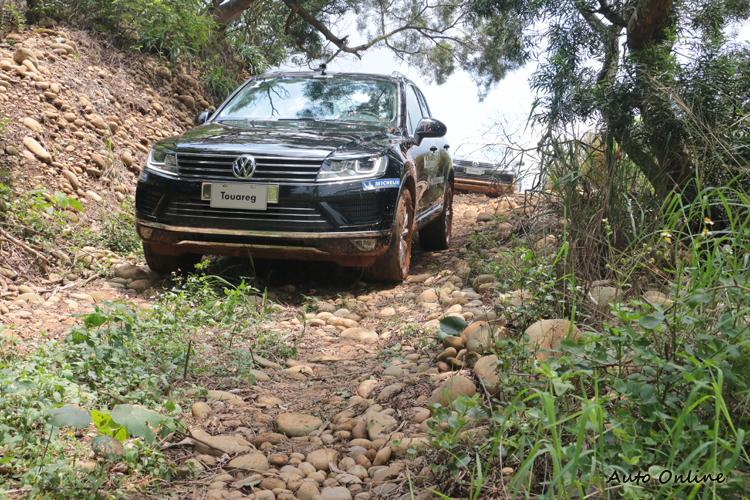 開下陡坡時,斜坡緩降系統協助駕駛自動減速,完全不需要採煞車。