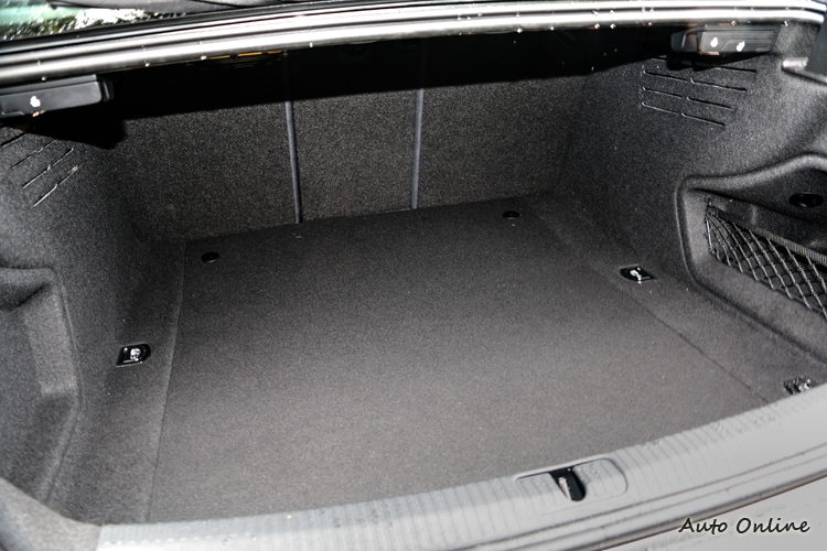 又寬又深的行李空間,配合40/20/40獨立分離椅背傾倒設計,使用彈性相當高。