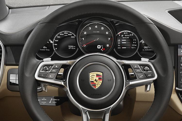 類比式轉速錶依舊位於儀表板中央,兩側分別設有一個 7 吋的高解析度顯示幕用以顯示其他所有數據及額外資訊。(照片中車型並未選配跑車計時套件,因此方向盤上看不到模式切換旋鈕)