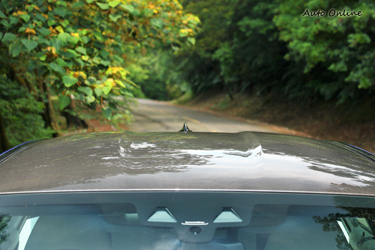 碳纖維車頂是標準配備,前擋風玻璃上的感應器為主動安全配備。