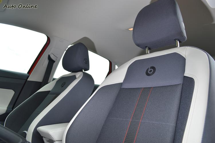 標配全車系唯一皮布雙色的運動型舒適座椅,上面還有beats飾徽。