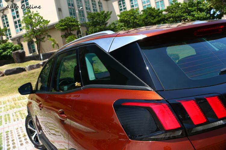 車側刻意黑色處理的B、C與D柱也因鍍鉻窗框的區隔而產生懸浮般的視覺效果。