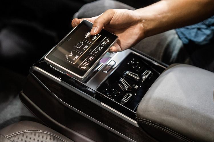 A8 L後座中央扶手設置後座智聯控制平板,乘客可透過自由可拆卸的5.7 吋OLED觸控顯示幕迅速且輕鬆調整空調、燈光、座椅舒適等功能。