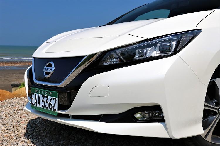 車頭V-Motion水箱護罩,結合專屬3D環保藍色冰塊造型飾板,以及造型新穎的LED頭燈,讓新一代Leaf車頭更具流線和科技感。