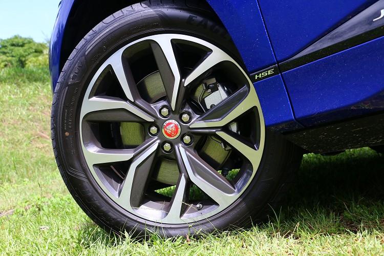 搭配20吋大型鋁合金輪圈,完美展現Jaguar無可錯認的英國跑車性能DNA。