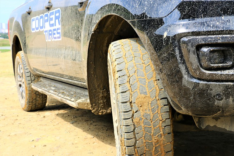 Discoverer AT3 4S™結合了全新全路況胎面花紋設計及創新型式耐撕裂複合式矽膠配方,確保輪胎具備更為廣泛環境與溫度下的抓地力與耐切割、耐撕裂性能。