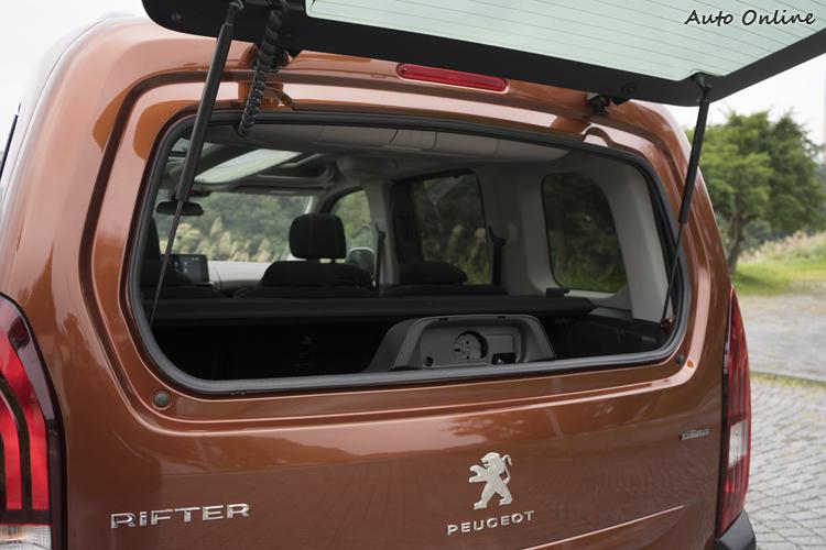 後擋風玻璃可以單獨開啟,狹窄空間/小物品取放更方便。