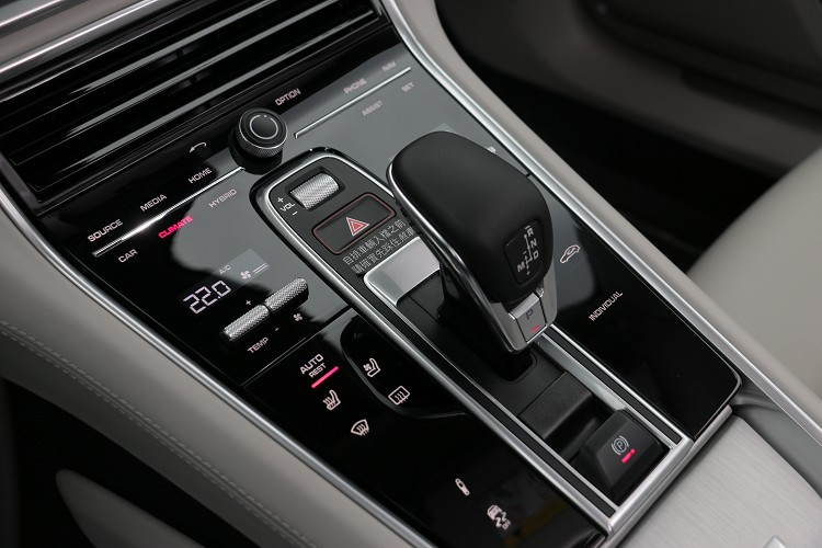 控面板取代傳統的類比按鍵,在按壓觸控面板時,還會有震動回饋有如類比按鍵。