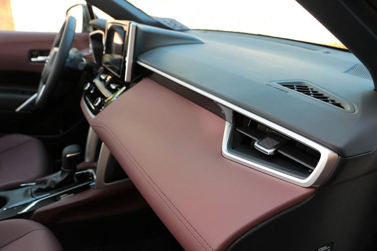 原廠運用軟質塑膠、金屬質感漆料來營造座艙質感,這可以算是Toyota的強項,在Corolla Cross上面等級又進化了。