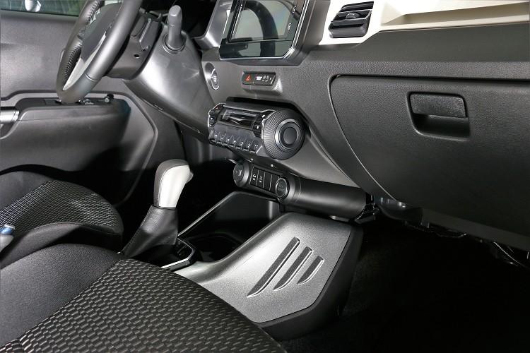 車內的中央鞍座,排檔桿前方有特殊的三條線標誌,這與車外C柱造型有互相輝映的連接感。