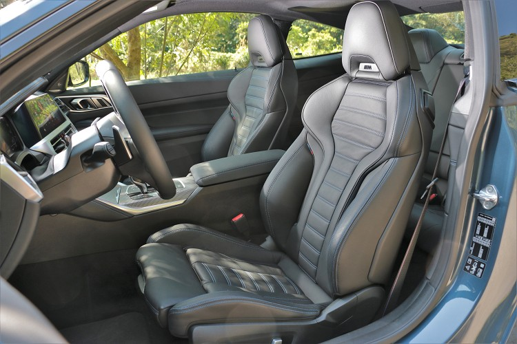 雙前座採用Vernasca真皮 M款雙前座跑車座椅,在頭枕處能看到M字樣,提供完美的側向支撐。