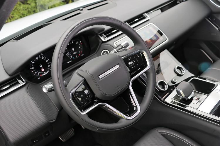 方向盤左右兩邊的按鈕介面在新年式車型上重新調整。
