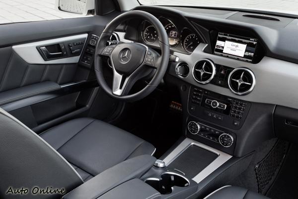 全新設計的內裝比改款前活潑很多,排檔桿上移到方向盤後方,向M-Class看齊。
