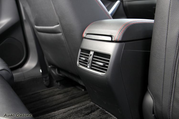 後座冷氣出風口是中大型房車標準配備,舒適的乘坐環境才是消費者所要的。