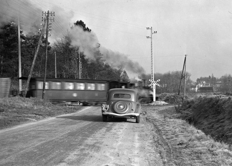 早年的道路狀況普遍不佳,1938年的11B就以這張照片展示前驅車緊急煞車之下的穩定性。