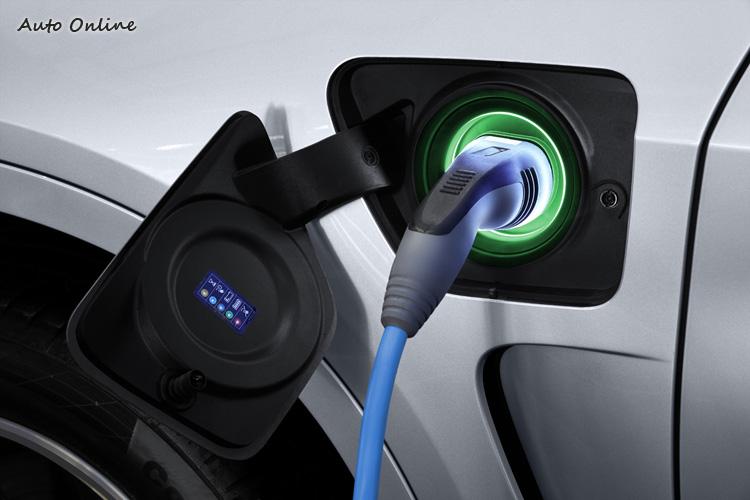 插電孔在左前葉子板,透過燈號顯示能知道目前充電狀態。