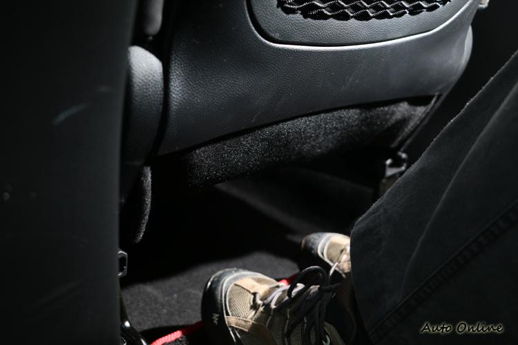 座位下方預留超過10cm的空間,乘客腿部可以獲得足夠伸展。