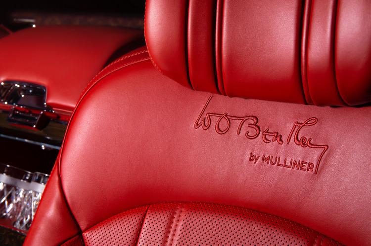 典藏版車型的內飾配色甄選極致奢華的復古火紅色以及現代BENTLEY車型可選用的火紅色真皮飾面,搭配鯨魚黑真皮飾面裝飾細節與縫線。