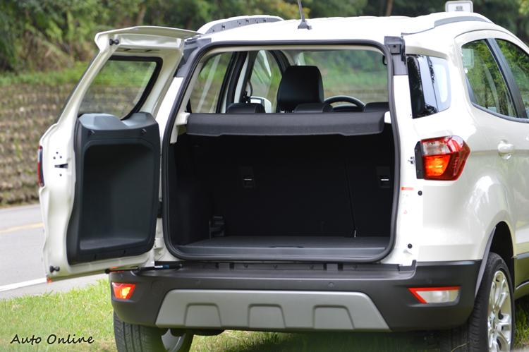 由於後座傾倒平整化設計,行李廂容量最多可達1178L。