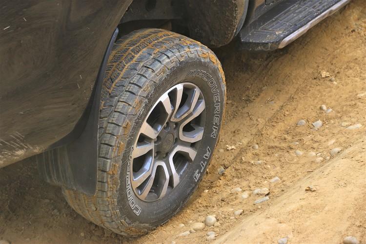 大胎塊能提升未鋪裝路面的抓地力,就算是沙地或者泥地都帶來驚人水準。