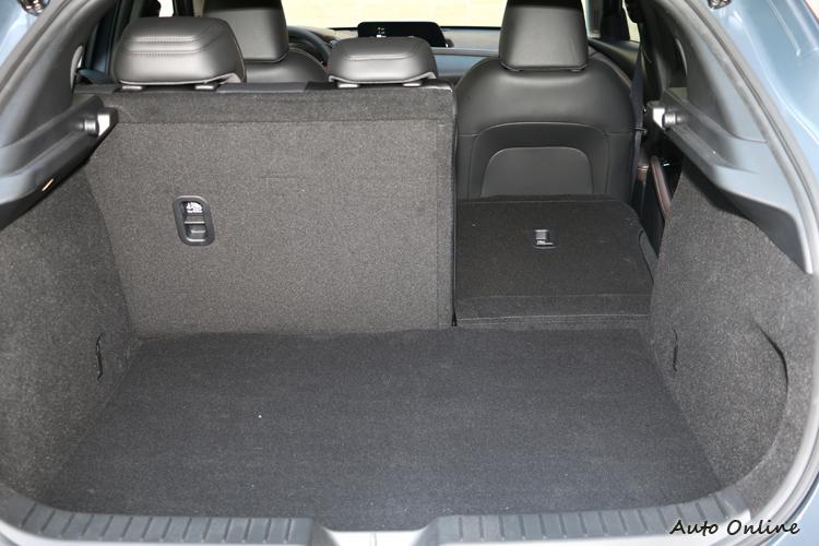 平整的底板和開闊且離地低的開口設計,可以同時容納行李箱和嬰兒推車。