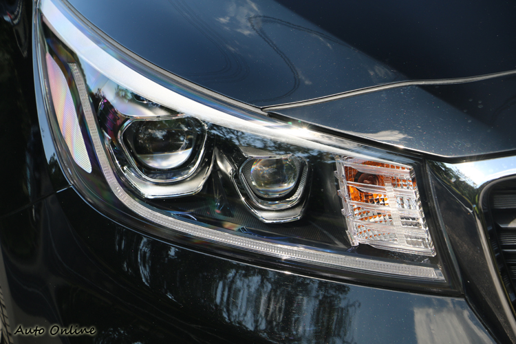 LED頭燈與日行燈,已被整合於一體並帶出車頭炯炯有神的意象。