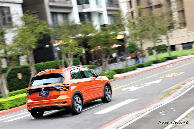 車重只有1270kg,都市走行顯得特別輕快,前麥花臣、後扭力梁設計結構,是目前小車最大宗配置。