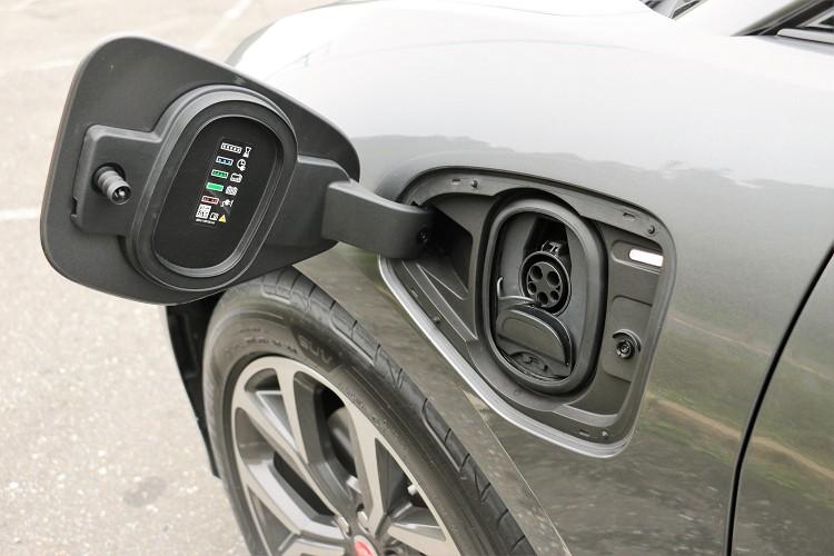 充電位置設計在左前葉子板,與傳統都在後方的加油孔有很大不同。